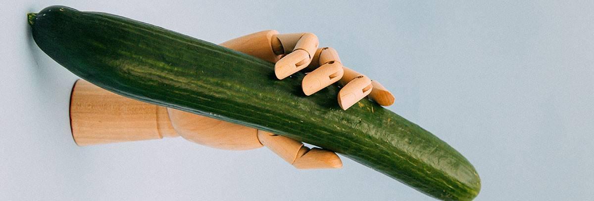 La mano de madera que sostiene un pene como verdura