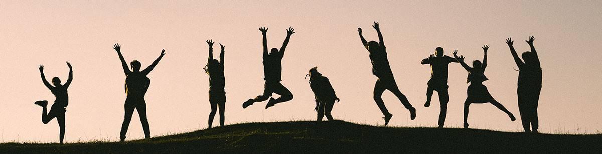 grupo de personas saltando de alegría